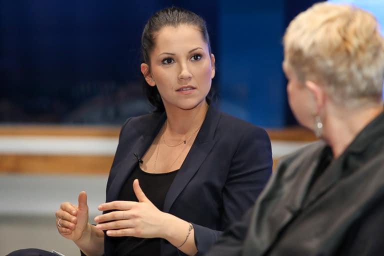 Alexandra Wachter (Puls4), stv. Vorsitzende des Frauennetzwerk Medien, moderiert den Talk mit Corinna Milborn und Bigi Handlos (ORF).
