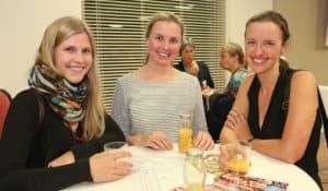 Drei Besucherinnen im Gespräch, rechts: die Unternehmerin Beate Mayr-Kniescheck.