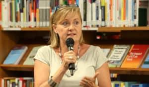 Manuela Vollmann vom Nonprofit-Unternehmen abz Austria spricht bei der Veranstaltung