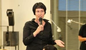 Die Journalistin Martina Madner spricht bei der Veranstaltung