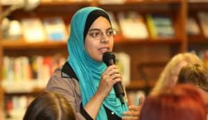 Die Journalistin Nermin Ismail spricht bei der Veranstaltung